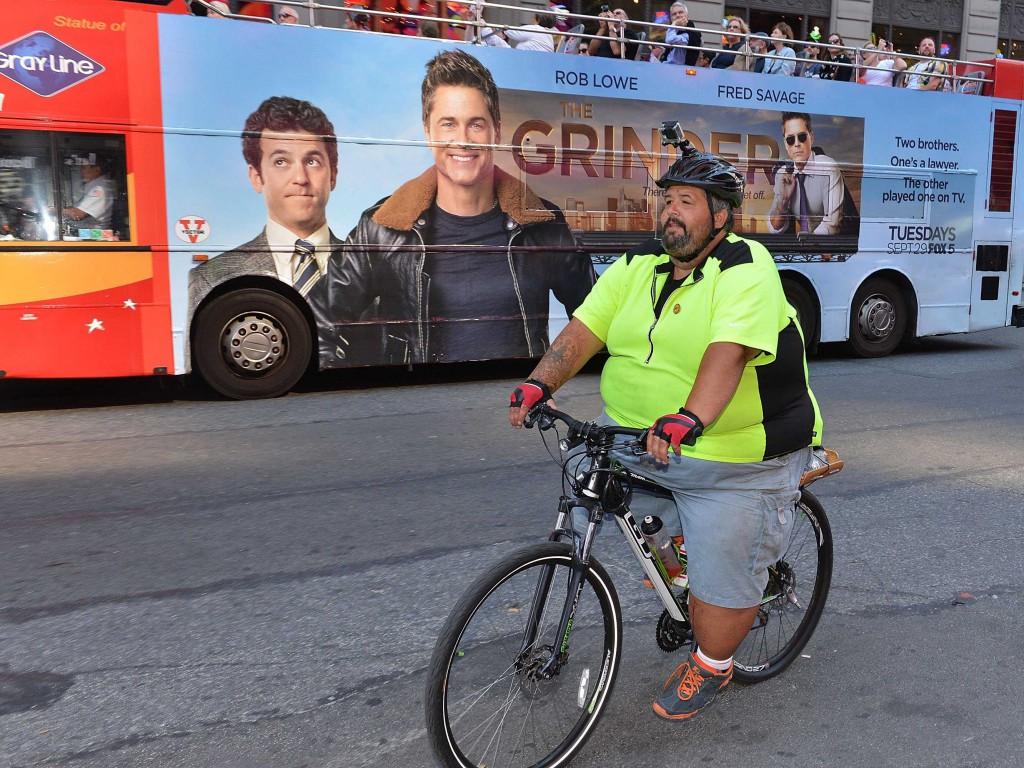 Большой парень на велосипеде