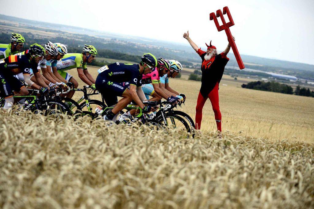 Средняя скорость на отдельных этапах Тур де Франс около 50 км/ч